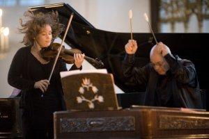 Patricia Kopanchinskaja esiintyy isänsä, cimbalominsoittaja Viktor Kopanchinskin kanssa. Kuva: Marco Borggreve.