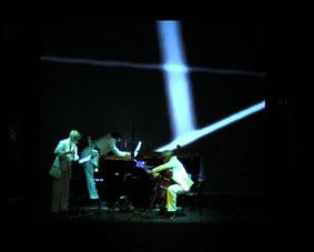 Trio Schau, Schau, Frengstad esittää Valaan ääntä. Kuva: Unn Fahlström.