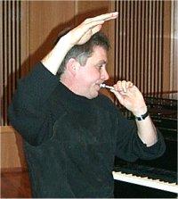 Håkan Hardenberger soittaa suukappaleella.