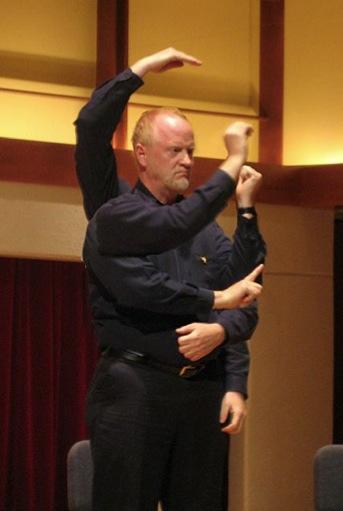 Jeffrey Agrell johtaa soundpainting-yhtyettä. Montaasi: John Baumgart.