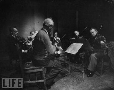 Budapest-kvartetti harjoittelee Katimsin pariskunnan kanssa .Kuva: Life magazine