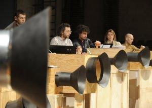 Intonarumori-ha?lygeneraattoreita italialaisen T.R.I.O. -orkesterin konsertissa.