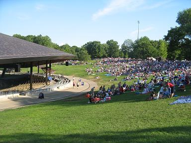 Yleisöä nurmikolla