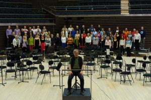 Musiikkitalon Kuoro asettautui konserttisaliin. Kuva: Mikko Löfroos