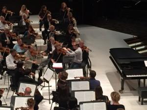 Daniel Harding hioo Brucknerin viidennen  yksityiskohtia Concertgebouw'n kanssa iltapäivän harjoituksissa Musiikkitalossa