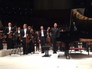 Daniel Harding, solisti Kristian Bezuidenhout ja orkesteri Mozartin 18. pianokonserton suurenmoisen esityksen jälkeen