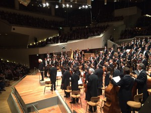 Sir Simon Rattle, Berliinin filharmonikot ja Berliinin radiokuoro huikean Daphnis et Chloén jälkeen. Kuva Jari Kallio.