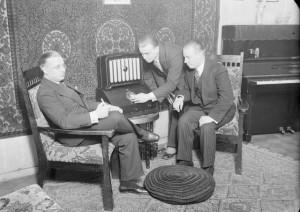 Taiteilijakoti, pianisti Kauno Virtanen (vasemmalla) veljineen kuuntelemassa radiota. Kuva Pietinen, 1931. (C) Museovirasto.
