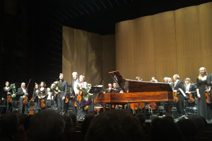 Kristian Bezuidenhout, Sir John Eliot Gardiner, Isabelle Faust ja Leipzigin Gewandhaus-orkesteri Baden-Badenin Festspielhausissa. Kuva © Jari Kallio.