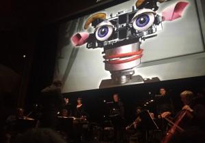 Three Talesin viimeinen näytös. Brad Lubman, Ensemble Modern ja Synergy Vocals