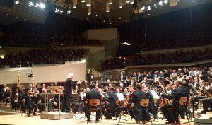 Sir Simon Rattle ja Berliinin filharmonikot esittivät modernismin klassikoita loppuunmyydyssä konsertissaan perjantaina. Kuva © Jari Kallio