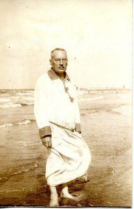Adolf Paul rannalla (kirjan kuvitusta).