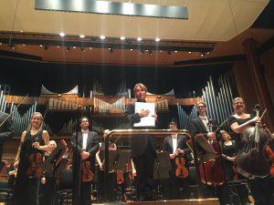 Esa-Pekka Salonen ja Philharmonia Stravinskyn Chant funèbren Britannian kantaesityksen jälkeen. Kuva © Jari Kallio