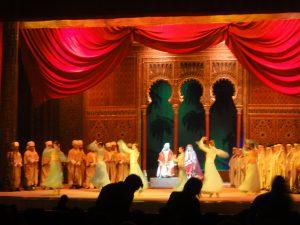 Kohtaus Hajibeyovin oopperasta Leylin ja Majnun, näyttämöohjaus: Sevil Haciyeva ja Hafiz Quliyev