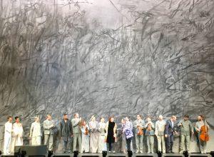 Kaija Saariaho, Peter Sellars ja koko Kansallisoopperan produktion verraton ensemble sai innokkaat suosionosoitukset keskiviikon ensi-illassa. Kuva © Jari kallio.