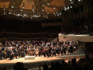 Sir Simon Rattle ja Berliinin filharmonikoiden cornistit saivat ansaitusti myrskyisät suosionosoitukset. Kuva © Jari Kallio