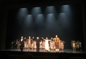 Sir Simon Rattle ja La damnation de Faustin oivalliset laulajat Schiller-teatterin lavalla perjantaina. Kuva © Jari Kallio.
