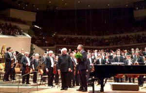 Sir Simon Rattle ja Thomas Adès kantaesityksen jälkeen Philharmoniessa keskiviikkona