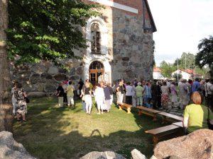 Yleisöä Hauhon kirkolla