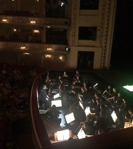 Christian Curnyn ja Komische Operin orkesteri valmiina Zoroastreen. Kuva © Jari Kallio.