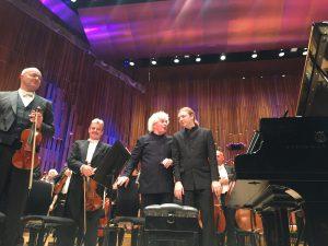 Sir Simon Rattle, Denis Kozhukhin ja Lontoon sinfoniaorkesterin muusikot huiman Bartókin toisen pianokonserton jälkeen Barbicanissa. Kuva © Jari Kallio.