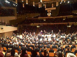 Sir Simon Rattlen viimeinen kausi Berliinin filharmonikoiden ylikapellimestarina käynnistyi perjantaina Philharmoniessa. Kuva © Jari Kallio.