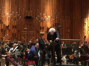 Kuvateksti: Isabelle Faust, Sir Simon Rattle ja Lontoon sinfoniaorkesteri aamuharjoituksissa sunnuntaina. Kuva © Jari Kallio.
