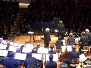 Sir Simon Rattle, Miroslav Lacko ja Berliinin filharmonikot loistivat Gershwinin Rhapsody in Bluessa. Kuva © Kari kallio.