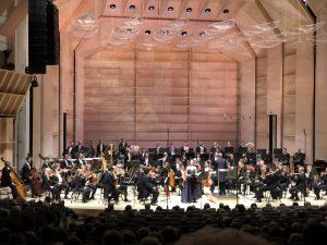 Elisabeth Kulman, Wienin filharmonikot ja Daniel Harding Bernsteinin Jeremiah-sinfonian päätöstahdeilla. Kuva © Jari Kallio