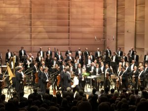 Illan sankari Daniel Hardin yleisön ja orkesterin suosionosoitusten ympäröimänä. Kuva © Jari Kallio