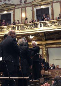 Sir Simon Rattle ja Jörg Widmann kättelevät Tanz auf dem Vulkanin Itävallan ensiesityksen jälkeen Musikvereinissa. Kuva © J. Kallio