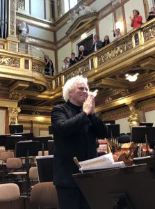 Sir Simon Rattle kiittää Musikvereinin yleisöä oivallisen viikonlopun päätteeksi. Kuva © J. Kallio