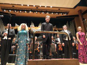 Salonen, solistit, Philharmonia ja kuorot Gurreliederin huumaavan päätöksen jälkeen. Kuva © Jari Kallio.