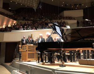 Krystian Zimerman, Berliinin filharmonikot ja Sir Simon Rattle vaikuttavan The Age of Anxietyn jälkeen Philharmoniessa. Kuva © Jari Kallio.