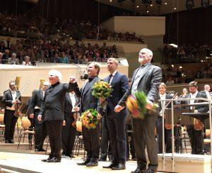 Sir Simon Rattle ja säveltäjät Magnus Lindberg, Andrew Norman sekä Brett Dean kantaesitysten jälkeen torstaina. Kuva © Jari Kallio.