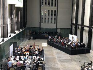 Lontoon sinfoniaorkesteri, Sir Simon Rattle, Matthias Pintscher ja Duncan Ward Gruppenin harjoituksissa Lontoon Tate Modernissa. Kuva © Jari Kallio