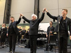 Gruppenin kapellimestarikolmikko, Matthias Pintscher, Sir Simon Rattle ja Duncan Ward konsertin päätteeksi Tate Modernissa. Kuva © Jari Kallio.