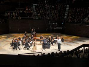 Sunhae Im, Furio Zanasi, Tristan Braun ja Freiburgin barokkiorkesteri Pergolesin mainion La serva padronan parissa Musiikkitalossa. Kuva © Jari Kallio.