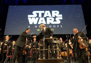 LSO:n konserttimestari Carmine Lauri ja kapellimestari Ludwig Wicki kättelemässä ennen konsertin alkua