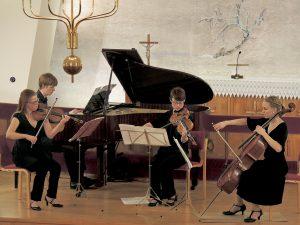 Hetan Musiikkipäivät 2015. Pianisti Johannes Piirto ja Tempera-kvartetin jäseniä kantaesittämässä Piirron säveltämää tilausteosta 'Kaari'. Kuva © Jaakko Alatalo.