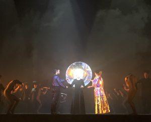 Diane (Elsa Dreisig) saattaa Hippolyten (Reinoud van Mechelen) ja Aricien (Anna Prohaska) yhteen. Kuva Jari Kallio