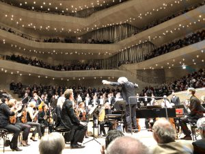 Sir Simon Rattle ja Freiburgin barokkiorkesteri Elbphilharmoniessa. Kuva Jari Kallio