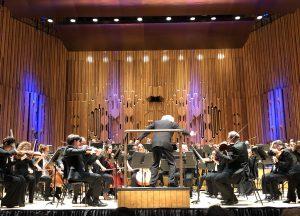 Sir Simon Rattle ja Lontoon sinfoniaorkesteri Sibeliuksen seitsemännen sinfonian parissa Barbicanissa keskiviikkona. Kuva: Jari Kallio