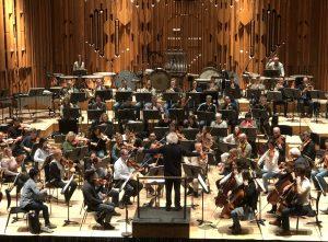 LSO ja Sir Simon Rattle Nielsenin neljännen sinfonian harjoituksissa torstaina