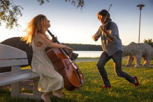 Sellisti Maja Bogdanovic ja viulisti Daniel Rowland Lammasjärven rannalla. Kuva © Stefan Bremer.