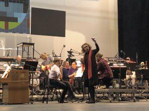 Kaija Saariaho ja Avanti! La Passion de Simonen harjoituksissa Tampere-talossa lauantaiba. Kuva: Jari Kallio