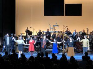 Kaija Saariaho ja La Passion de Simonen esiintyjät Tampere-talon lavalla. Kuva: Jari Kallio