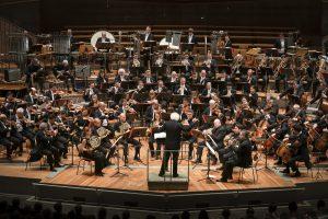 Berliinin filharmonikot ja Sir Simon Rattle. Kuva: Stephan Rabold