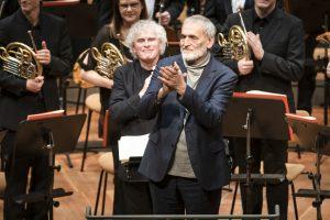 Helmut Lachenmann, Sir Simon Rattle ja Berliinin filharmonikot. Kuva: Stephan Rabold