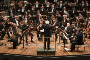 Berliinin filharmonikoiden cornistit ja Sir Simon Rattle Helmut Lachenmannin My Melodiesin parissa. Kuva: Stephan Rabold